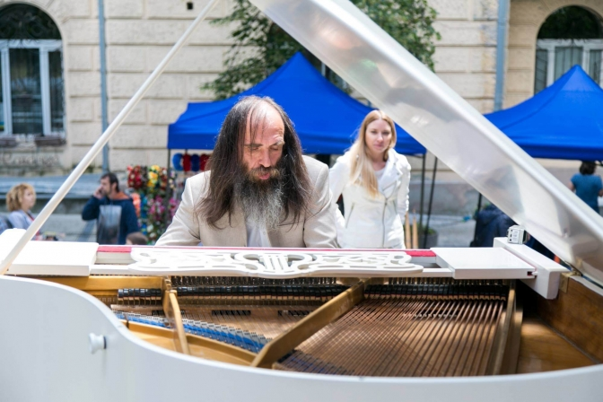 Kyrylo Kostyukovsky is an incredibly talented composer-pianist and street artist.